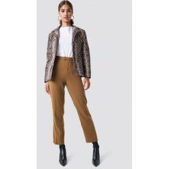 NA-KD Trend Proste spodnie garniturowe - Beige. Brązowe spodnie materiałowe damskie NA-KD Trend, z materiału. Za 161.95 zł.