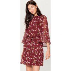 Szyfonowa sukienka w kwiaty - Wielobarwn. Brązowe sukienki damskie Mohito, w kwiaty, z szyfonu. Za 129.99 zł.
