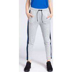 Spodnie dresowe damskie SPDD235 - chłodny jasny szary. Szare spodnie dresowe damskie 4f, na lato, z dresówki. W wyprzedaży za 99.99 zł.
