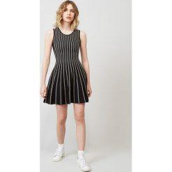 Sukienka w kolorze czarnym. Sukienki damskie Rodier, w paski, klasyczne, z okrągłym kołnierzem, z krótkim rękawem. W wyprzedaży za 282.95 zł.