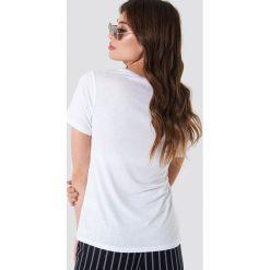 NA-KD Basic T-shirt basic z dekoltem V - White. Białe t-shirty damskie NA-KD Basic, z dzianiny, dekolt w kształcie v. Za 52.95 zł.