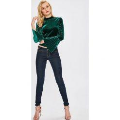 Guess Jeans - Jeansy Curve. Niebieskie jeansy damskie Guess Jeans. W wyprzedaży za 439.90 zł.