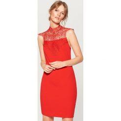Sukienka mini z koronkowym zdobieniem - Czerwony. Czerwone sukienki damskie Mohito, z koronki. Za 119.99 zł.