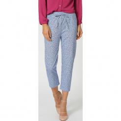Spodnie w kolorze niebieskim ze wzorem. Niebieskie spodnie materiałowe damskie TrakaBarraka. W wyprzedaży za 109.95 zł.