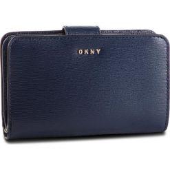 Duży Portfel Damski DKNY - Bryant Sm Carryall R8313659 Navy NVY. Niebieskie portfele damskie DKNY, ze skóry. Za 459.00 zł.