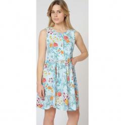 Sukienka w kolorze jasnoniebieskim ze wzorem. Niebieskie sukienki damskie TrakaBarraka, z okrągłym kołnierzem. W wyprzedaży za 129.95 zł.