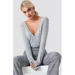 NA-KD Trend Sweter z dekoltem V - Grey. Szare swetry damskie NA-KD Trend, z dzianiny, dekolt w kształcie v. Za 100.95 zł.