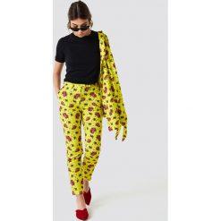 NA-KD Spodnie garniturowe z połyskiem - Multicolor,Yellow. Żółte spodnie materiałowe damskie NA-KD, z poliesteru. Za 40.95 zł.
