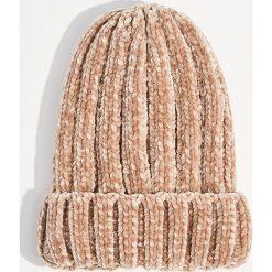Szenilowa czapka z grubym splotem - Różowy. Czerwone czapki i kapelusze damskie Mohito, ze splotem. Za 39.99 zł.
