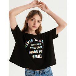 T-shirt z nadrukiem holograficznym - Czarny. Czarne t-shirty damskie Sinsay, z nadrukiem. Za 39.99 zł.