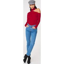 NA-KD Sweter z półgolfem i wycięciem na ramieniu - Red. Czerwone swetry damskie NA-KD, z bawełny. W wyprzedaży za 80.98 zł.