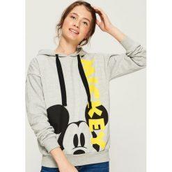 Bluza z nadrukiem Mickey Mouse - Jasny szar. Szare bluzy damskie Sinsay, z motywem z bajki. Za 69.99 zł.