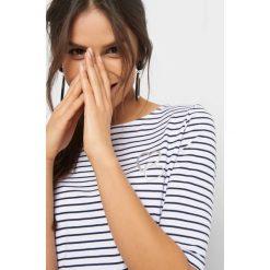 Koszulka w paski z nadrukiem. Białe bluzki damskie Orsay, z nadrukiem, z bawełny. Za 24.99 zł.