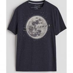 T-shirt ze świątecznym nadrukiem - Granatowy. Niebieskie t-shirty męskie Reserved, z nadrukiem. Za 49.99 zł.