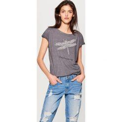 Koszulka z aplikacją - Szary. Szare bluzki damskie Mohito, z aplikacjami. Za 69.99 zł.