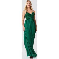 Trendyol Sukienka maxi z koronką i falbanką - Green. Zielone sukienki damskie Trendyol, w koronkowe wzory, z koronki, z dekoltem na plecach. W wyprzedaży za 36.59 zł.