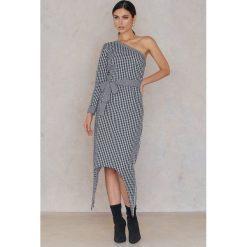 NA-KD Sukienka na jedno ramię w kratkę - Multicolor. Szare sukienki damskie NA-KD, w kratkę, z bawełny, z asymetrycznym kołnierzem, z długim rękawem. W wyprzedaży za 30.29 zł.