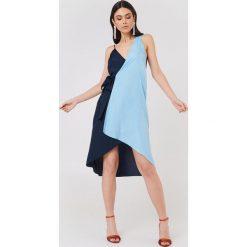 NA-KD Asymetryczna sukienka kopertowa - Blue. Niebieskie sukienki damskie NA-KD, z asymetrycznym kołnierzem. W wyprzedaży za 38.99 zł.