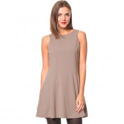 """Sukienka """"Karla"""" w kolorze szarobrązowym. Brązowe sukienki damskie Assuili, klasyczne, z okrągłym kołnierzem. W wyprzedaży za 136.95 zł."""