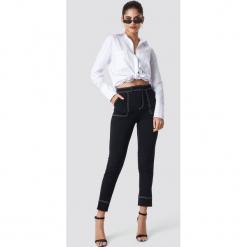 NA-KD Trend Spodnie z kontrastowymi szwami - Black. Czarne spodnie materiałowe damskie NA-KD Trend. Za 181.95 zł.