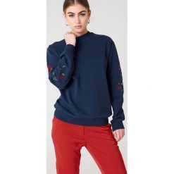 NA-KD Bluza z wyszywanymi różami na rękawach - Blue. Niebieskie bluzy damskie NA-KD. W wyprzedaży za 66.98 zł.