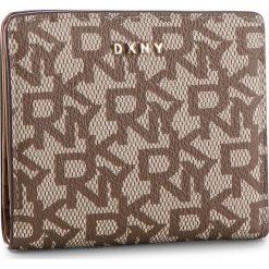 Mały Portfel Damski DKNY - R83ZJ657 Chino Logo-Vic CVU. Brązowe portfele damskie DKNY, ze skóry ekologicznej. Za 239.00 zł.