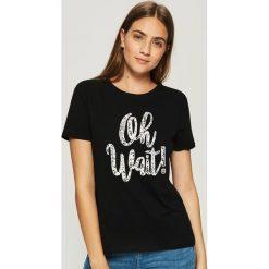 Bawełniany t-shirt z napisem - Czarny. Czarne t-shirty damskie Sinsay, z napisami, z bawełny. Za 9.99 zł.