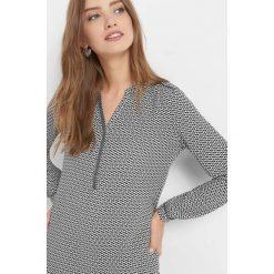 Bluzka z geometrycznym wzorem. Brązowe bluzki damskie Orsay, w geometryczne wzory, z elastanu, dekolt w kształcie v. Za 69.99 zł.