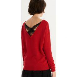 Sweter z wycięciem na plecach - Czerwony. Swetry damskie marki bonprix. W wyprzedaży za 29.99 zł.
