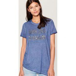 Koszulka z aplikacją - Niebieski. Niebieskie t-shirty damskie Mohito, z aplikacjami. W wyprzedaży za 39.99 zł.
