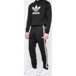 Adidas Originals - Spodnie. Czarne spodnie sportowe męskie adidas Originals, z bawełny. W wyprzedaży za 239.90 zł.