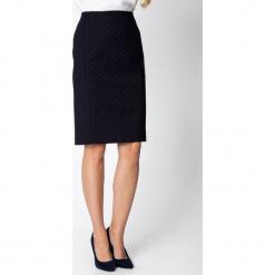 Granatowa spódnica w groszki QUIOSQUE. Czerwone spódnice damskie QUIOSQUE, w grochy, z tkaniny, biznesowe. Za 149.99 zł.