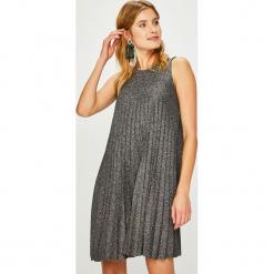 Answear - Sukienka Night Fever. Szare sukienki damskie ANSWEAR, z dzianiny, casualowe, z okrągłym kołnierzem. Za 119.90 zł.