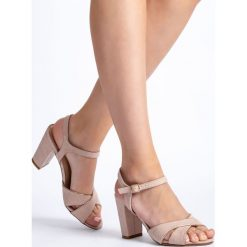 Beżowe sandały damskie na słupku QUIOSQUE. Sandały damskie QUIOSQUE, w paski, z tkaniny. W wyprzedaży za 49.99 zł.