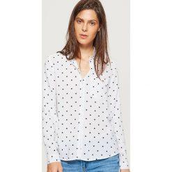 Klasyczna koszula z nadrukiem - Kremowy. Białe koszule damskie Cropp, z nadrukiem, klasyczne, z klasycznym kołnierzykiem. Za 49.99 zł.
