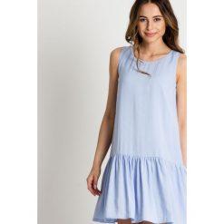 Błękitna sukienka z falbaną u dołu BIALCON. Niebieskie sukienki damskie BIALCON, na lato, eleganckie. W wyprzedaży za 254.00 zł.