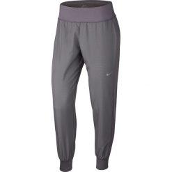 """Spodnie sportowe """"Dry Essential"""" w kolorze szarym. Spodnie sportowe damskie Nike Women. W wyprzedaży za 152.95 zł."""