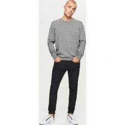 Gładki sweter BASIC - Jasny szary. Szare swetry przez głowę męskie Cropp. Za 69.99 zł.