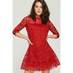 Koronkowa sukienka - Czerwony. Czerwone sukienki damskie Sinsay, z koronki. Za 79.99 zł.