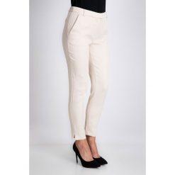 Beżowe dopasowane spodnie QUIOSQUE. Brązowe spodnie materiałowe damskie QUIOSQUE, z haftami, z bawełny. W wyprzedaży za 59.99 zł.
