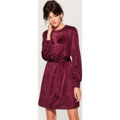 Aksamitna sukienka z paskiem - Bordowy. Czerwone sukienki damskie Mohito. Za 149.99 zł.