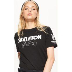 Koszulka BALTIC GAMES - Czarny. T-shirty damskie Cropp. W wyprzedaży za 19.99 zł.