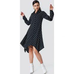 NA-KD Asymetryczna sukienka koszulowa midi - Black,Multicolor. Czarne sukienki damskie NA-KD, z poliesteru, z asymetrycznym kołnierzem, z długim rękawem. W wyprzedaży za 80.98 zł.