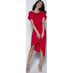 Czerwona Sukienka z Kopertowym Asymetrycznym Dołem. Czerwone sukienki damskie Molly.pl, z dzianiny, eleganckie, z asymetrycznym kołnierzem, z krótkim rękawem. W wyprzedaży za 104.93 zł.