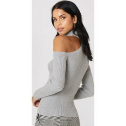 NA-KD Sweter z półgolfem i wycięciem na ramieniu - Grey. Szare swetry damskie NA-KD, z bawełny. W wyprzedaży za 80.98 zł.