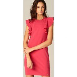 Sukienka z falbanami na ramionach - Różowy. Czerwone sukienki damskie Mohito. W wyprzedaży za 59.99 zł.