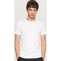 Gładki t-shirt - Biały. Białe t-shirty męskie Reserved. Za 49.99 zł.
