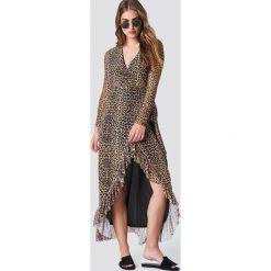 NA-KD Trend Kopertowa sukienka z siateczki - Brown,Multicolor. Brązowe sukienki damskie NA-KD Trend, z kopertowym dekoltem. Za 242.95 zł.