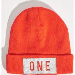 Czapka z naszywką - Czerwony. Czapki i kapelusze damskie marki Sinsay. W wyprzedaży za 9.99 zł.