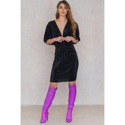 NA-KD Plisowana sukienka z ozdobnym wiązaniem z przodu - Black. Czarne sukienki damskie NA-KD, z poliesteru, z krótkim rękawem. W wyprzedaży za 53.58 zł.